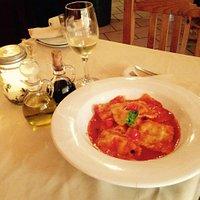 ravioli relleno de camarón, en una salsa de pomodoro y tomates cherry.