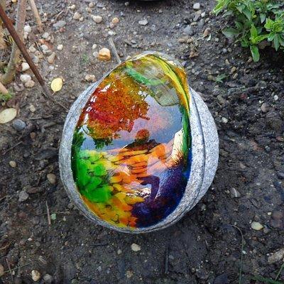 Glasfluss auf Stein
