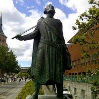 Бронзовая статуя короля