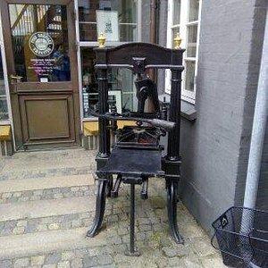 Странный аппарат около магазина