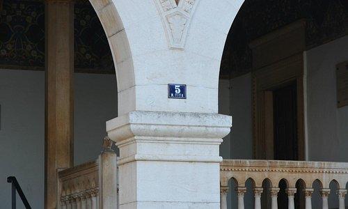 Straße und Hausnummer