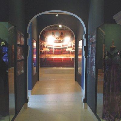 A múzeum nagytermében színházi kulisszák között érezheti magát a látogató