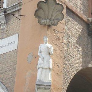 La Bonissimaの像