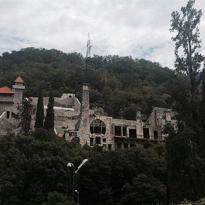 Храм, кипарисы, замок принца Ольденбургского.