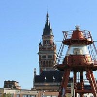 A torre da prefeitura de Dunkerque se destaca na paisagem.