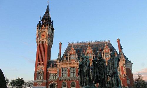 Prédio da prefeitura com a escultura de Rodin à frente.
