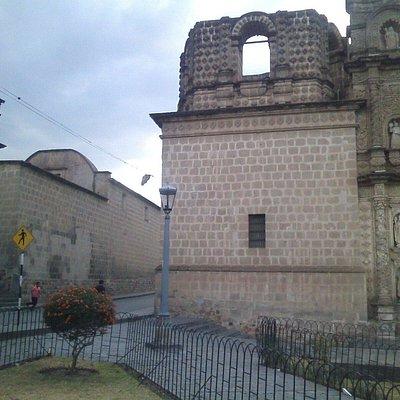 A la izquierda museo de belen y derecha igleasia de belen