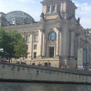 здание Рейхстага с воды