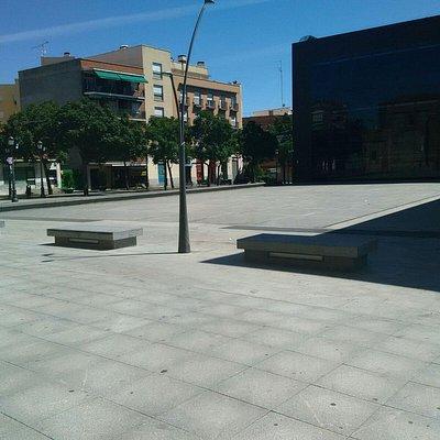 Panorámica, lateral y plaza donde esta