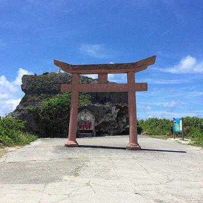 後ろにあるのが帯岩 とにかく大きい岩 昔の津波で打ち上げられたという 言い伝えがあります