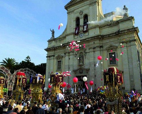 La chiesa di Santa Barbara durante la festa con il fregolo della Santa e le varette in processio