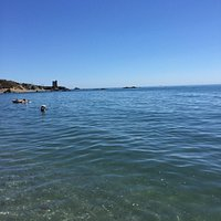 Una gran playa muy cerca de Estepona. La arena esta bastante limpia al igual que el agua, ésta,