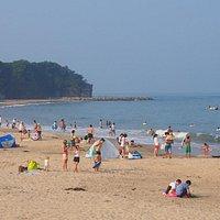 灯台の見える久慈浜海水浴場