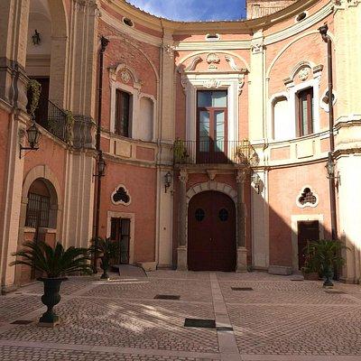 Cortile interno dell'Episcopio, da cui si accede al Museo
