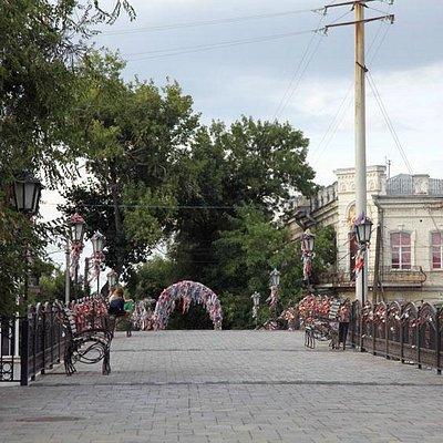 Пешеходный мост через р. Кутум.