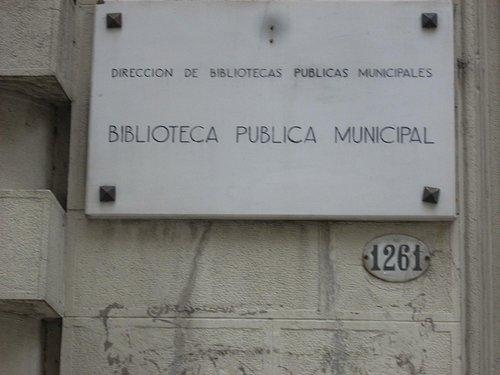 Placa con el nombre de la biblioteca