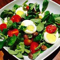 Insalatona valeriana, pomodorini e uovo sodo