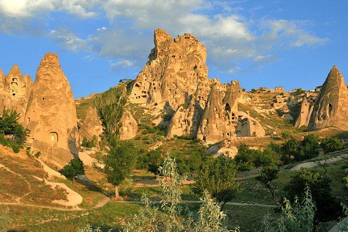 Uçhisar le Kale (château) vu de l'autel AHBAB un soir d'orage