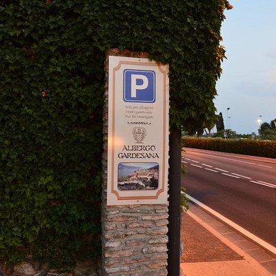 Torri - der Hotel Parkplatz liegt direkt an der Gardesana Orientale