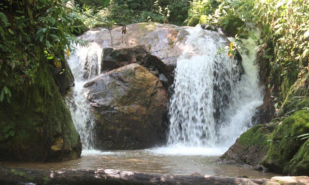 Linda caida de agua antes de llegar a la catarata