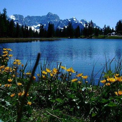 il piccolo lago d'Antono con il monte Sorapiss sullo sfondo