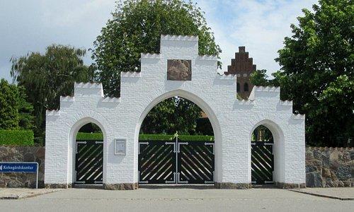 Indgangsportalen til kirkegården