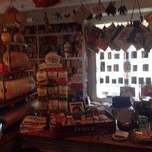Hallanderiet er et lite museum med varer av alle slag slik man kunne oppleve i småbutikkene før