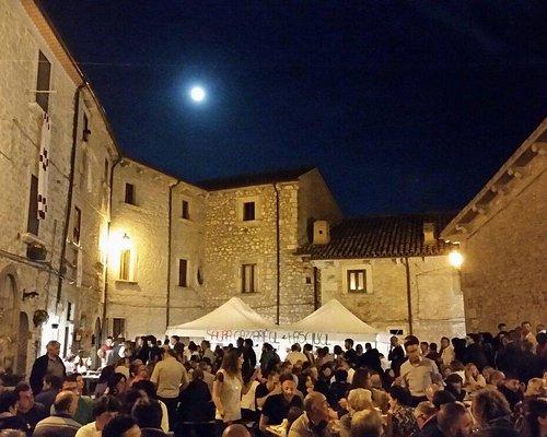 Il castello nella serata dedicata alla sagra di cazzariegl e fasciuol