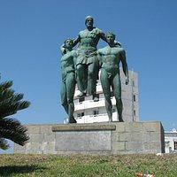 Памятник Диагору Родосскому на площади Архиепископа Хрисанта