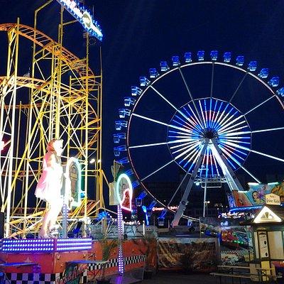 Achterbahn und Riesenrad bei Nacht