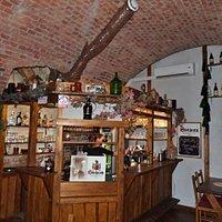 Barový pult ve vinárně.