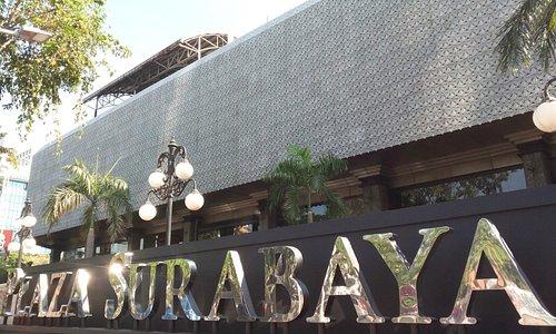 Bagian Depan Gedung Plaza Surabaya.