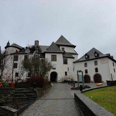 城の脇の道を上って行くと、城の入り口に通じる