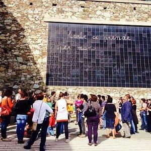 """Turisti difronte all'opera """"La Lavagna"""" di Maria Lai"""