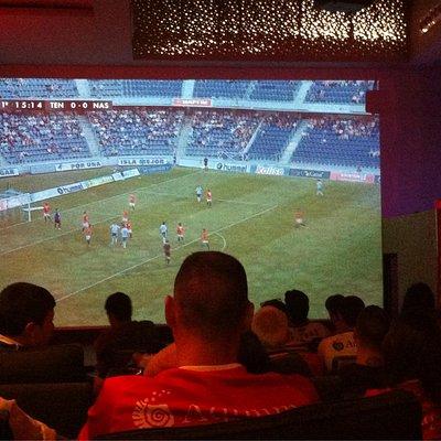 Mirando el partido en la super pantalla