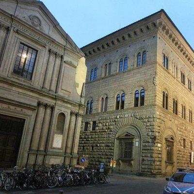 サン・ジョヴァンニーノ・デリ・スコロピ教会とメディチ宮