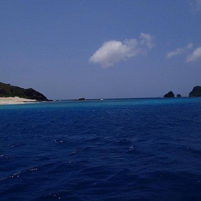 海から眺めた嘉比島砂丘と座間味島