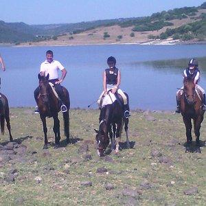 Escursione a cavallo in riva al lago Omodeo