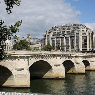 PARIS : Le Pont Neuf dans toute sa splendeur.