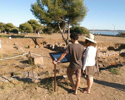 Visiteurs devant la place du puit