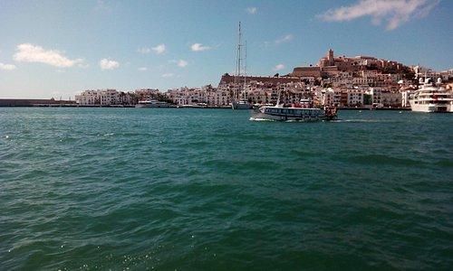Vistas de la ciudad de Ibiza y barquito