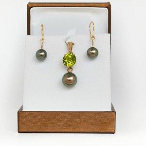 Parrure unique en or jaune 18 kt les perles de culture de Tahiti rondes et un péridot à 7.15 car