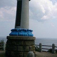 海に向かって佇む記念碑