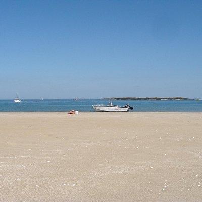 Pause soleil aux iles Chausey avec le bateau.