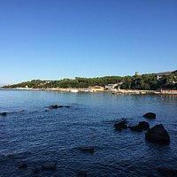 La vista del Lungomare Alberto Sordi da lontano (Punta Righini è la punta alla fine del Lungomar