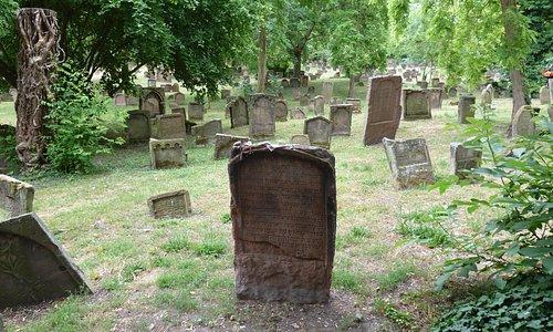 Древние надгробия