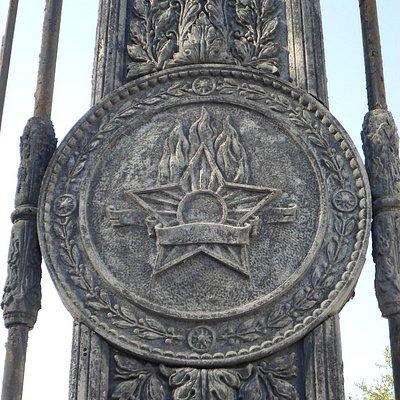 Ограда с советской символикой