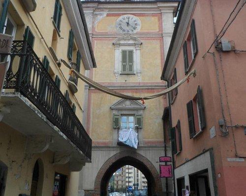 La facciata della prota che da su via Roma