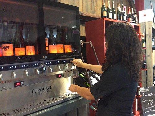 Bar à dégustation de vins au Comptoir des vins du Mas de Saporta