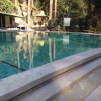 Uzastne prostredie vodopad bazen s naturalnou prirodnou sviezou vodou obcerstvenie a vela opic v